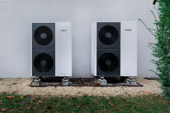 Luft/Wasser-Wärmepumpe aroTHERM plus an der Hauswand aufgestellt